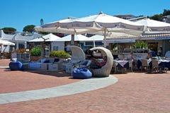 Utomhus- cafè med strandparaplyer Arkivfoton