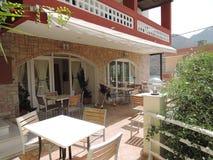 Utomhus- cafe i Grekland Arkivfoto