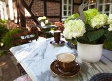 Utomhus- cafe i parkera. Arkivbilder