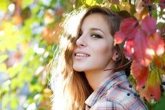 Utomhus- closeup för lycklig blond flicka Royaltyfri Foto