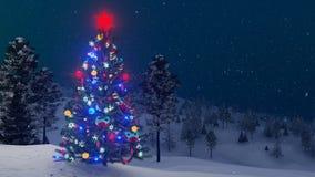 Utomhus- dekorerad julgran på snöfallnatten
