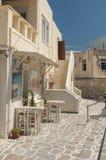 Utomhus- del av en grekisk taverna på gatan arkivfoto