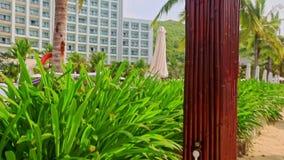 Utomhus- dusch för Closeup vid schäslonger på stranden på hotellet lager videofilmer