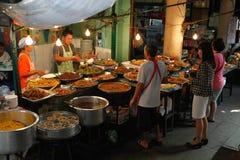 Utomhus eatery i Bangkok, Thailand arkivbilder