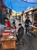 Utomhus- eatery i smal gata av Shanghai, kinesisk fastfood arkivbild