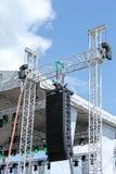 Utomhus- etapp med belysningsutrustning och högtalaren Royaltyfria Bilder