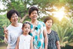 Utomhus- farmor och barnbarn Royaltyfria Foton