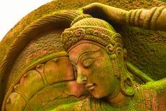 Utomhus- felik staty med grön mossa Arkivfoto