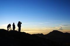 utomhus- folksilhouette för berg Arkivfoto