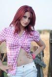 Utomhus- fors av en röd hårkvinna arkivfoto