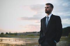 Utomhus- foto av en affärsman i dräkt Fotografering för Bildbyråer