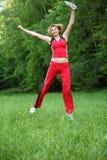 Utomhus- foto för ung sportkvinna med textutrymme arkivfoton