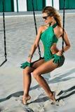 Utomhus- foto för mode av den ursnygga sinnliga kvinnan Arkivbild