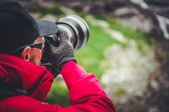 Utomhus- fotograf på arbete royaltyfria bilder