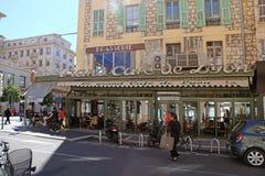 Utomhus- franskt kafé på den huvudsakliga stadsgatan Jean Medsen Avenue I Royaltyfri Bild