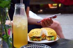 Utomhus- frukost för sommar royaltyfria foton