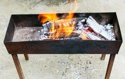 Utomhus- fyrpanna med brinnande trä Royaltyfri Fotografi