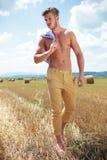 Utomhus- gå för topless man och se bort Royaltyfria Bilder