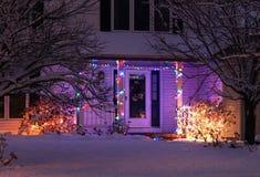 Utomhus- garnering för säsongsbetonat hus fotografering för bildbyråer