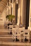 Utomhus- gatakafétabeller i Lissabon Arkivbild