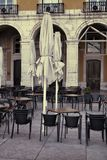 Utomhus- gatakafétabeller i Lissabon Royaltyfri Fotografi