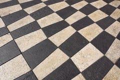 Utomhus- gatategelplattor med den geometriska modellen Texturen av perspektivet färgade den rutiga tegelplattan i gatan Arkivfoton