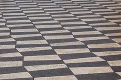 Utomhus- gatategelplattor med den geometriska modellen Texturen av perspektivet färgade den rutiga tegelplattan i gatan Arkivbild