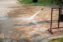 Utomhus- golvlokalvård med en tryckvattenstråle på gatan arkivbilder