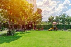 Utomhus- grön trädgård för natur för lekplats för gräsmattafältträdgård arkivfoton