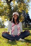 utomhus- gravid kvinna för afrikansk amerikan Royaltyfri Bild