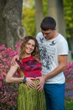 Utomhus- gravida lyckliga par för barn Arkivfoton