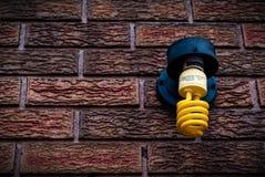 utomhus- gult kompakt lysrör Royaltyfri Foto