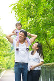 Utomhus- gyckel för lycklig asiatisk familj. Arkivfoto