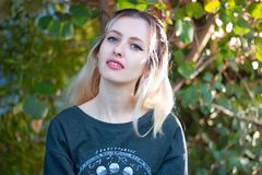 Utomhus- härlig ung blond dam arkivbilder