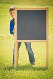 Utomhus- hållande svart tavla för skolaunge Utbildning tillbaka till skolabegreppet Royaltyfri Bild