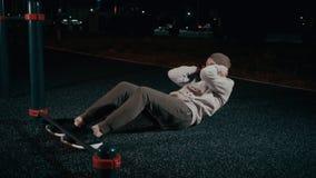 Utomhus- hård utbildning för funktionsduglig man arkivfilmer