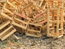 utomhus- hög av den brutna träpalettboxoutdoorhögen av den brutna träpalettasken Royaltyfri Fotografi