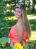 Utomhus- hög flicka för nätt blond högstadium Royaltyfri Bild