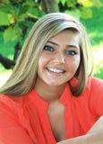 Utomhus- hög flicka för nätt blond högstadium Arkivfoto