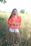 Utomhus- hög flicka för nätt blond högstadium Royaltyfri Foto