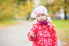 Utomhus- höststående av den fundersama flickan Royaltyfria Bilder