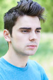 Utomhus- Head och skuldrastående av den allvarliga unga mannen Royaltyfri Fotografi