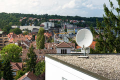 Utomhus- hem- tak kommersiellt objekt isolerat F för satellit- maträtt royaltyfri foto