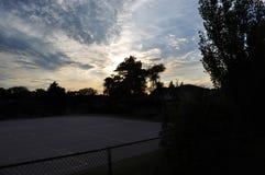 Utomhus- himmel för solnedgång för korgbolldomstol Royaltyfri Foto