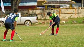 utomhus- hockey Hockeyspelare i handling under Thailand de nationella lekarna arkivfoton