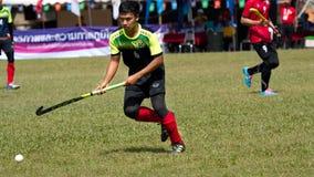 utomhus- hockey Hockeyspelare i handling under Thailand de nationella lekarna arkivfoto