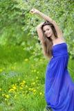 Utomhus- härlig kvinnastående i en parkera Royaltyfria Foton