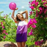 Utomhus- härlig lycklig ung kvinna Royaltyfri Bild