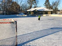 Utomhus- ishockeyisbana i sen eftermiddag med långa skuggor royaltyfria foton
