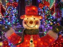 Utomhus- julpynt för jul - snögubben tänder upp huset i Brooklyn, New York Arkivfoto